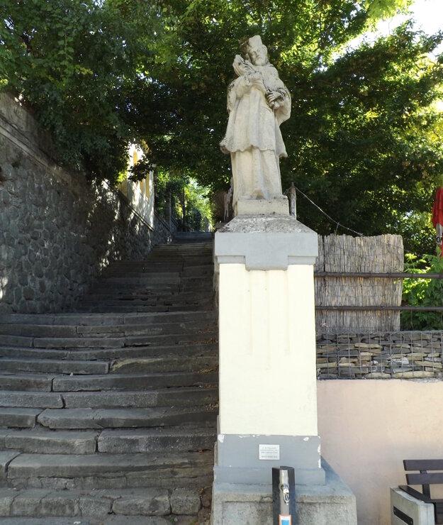 Sv. Ján Nepomucký na Župnom námestí je kópia. Originál sa nachádza v sklade, budú ho reštaurovať.