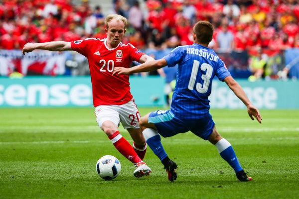Patrik Hrošovský (s číslom 13) spravil faul, po ktorom strelil Gareth Bale prvý gól Walesu.