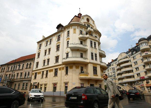 Porges Palota dnes patrí k najkrajším stavbám v Banskej Bystrici. Pre Karolu však bolo traumou, keď sa sem musela presťahovať z milovanej rodinnej vily.