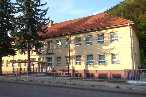 Škola po novom sídli v budove bývalého Daňového úradu v Novej Bani.