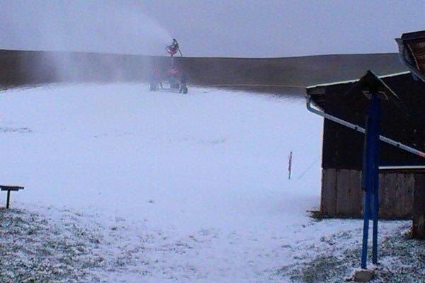 Snehové delo v Čechách funguje aj v noci.