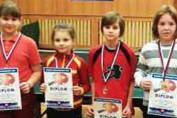 Medailistky kategórie najmladších žiačok po slávnostnom vyhlásení výsledkov.