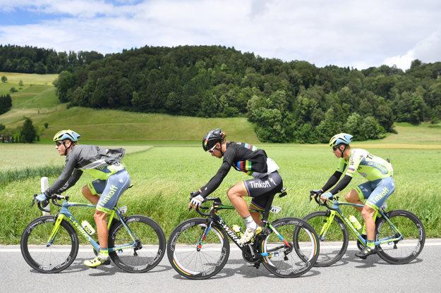 Peter Sagan (v strede) na trati tretej etapy podporovali aj tímoví kolegovia Maciej Bodnar (vľavo) a brat Juraj.