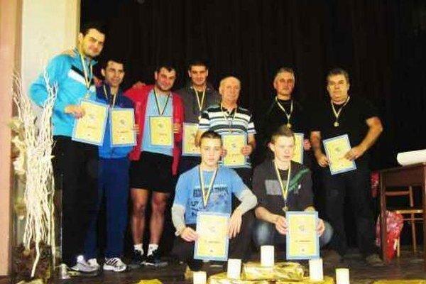 Po vyhlásení výsledkov turnaja spoločná fotografia medailistov v jednotlivých kategóriách.