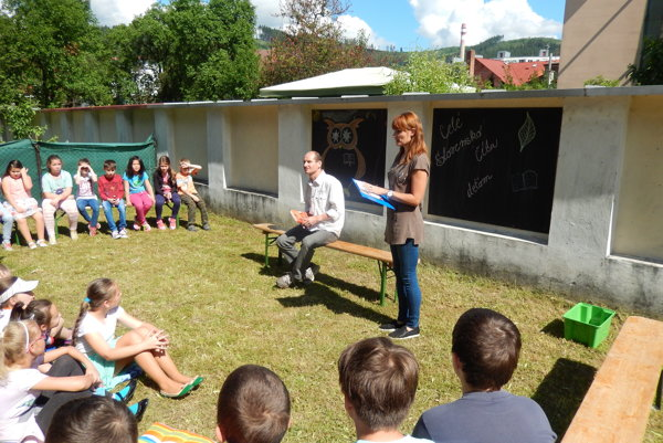 Peter Tichý čítal školákom.