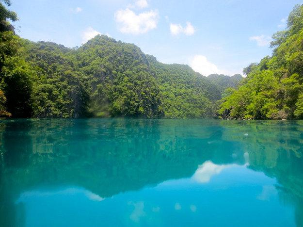 Jazero Kayangan na ostrove Coron je obľúbené medzi potápačmi.