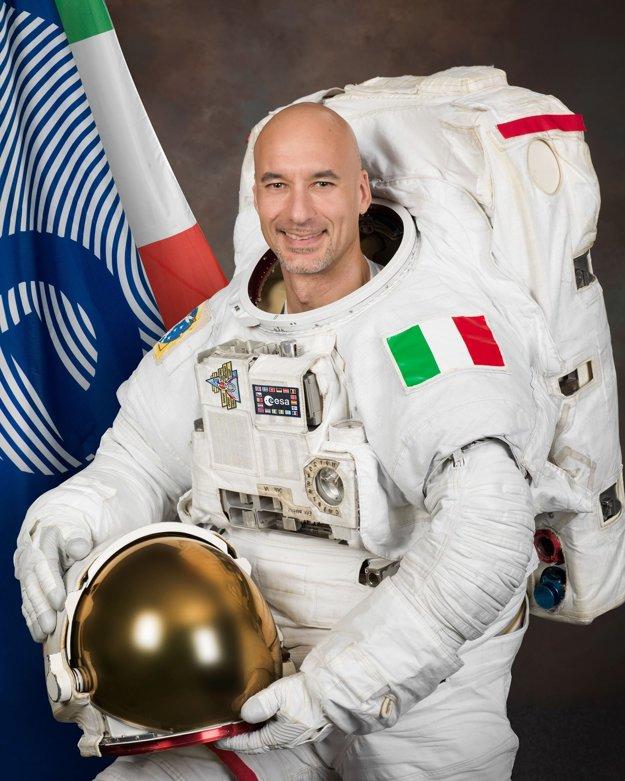 Taliansky kozmonaut rozhodne ponúkol svojim krajanom zo  zelených trávnikov iný pohľad na život, respektíve krízové situácie.
