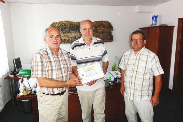 Odovzdanie certifikátu o rekorde Sprava N. Polák, J. Barcaj a V. Bakoš.