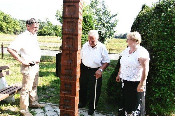 V Patinciach. So starostkou obce Oľgou Szabóovou a Ferdinandom Szabóm si uctili pamiatku obetí povodne 1965.
