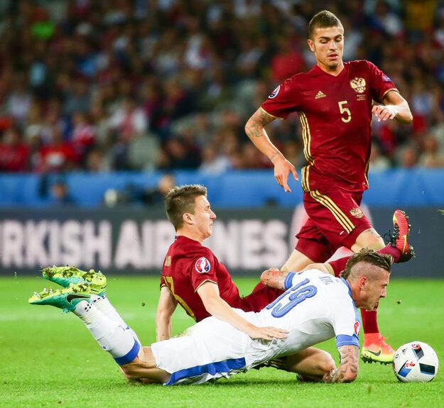 Kucka (na zemi) zvádzal s hráčmi Ruska tvrdé súboje.
