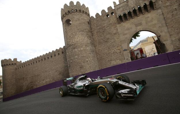 Lewis Hamilton v uliciach Baku.