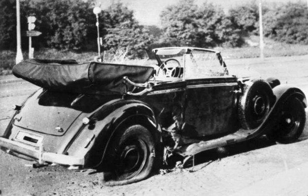 Heydrichov Mercedes poškodený výbuchom pri atentáte, ako zastavil na mieste útoku.