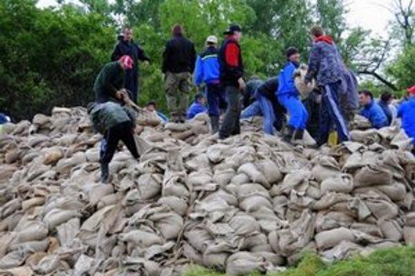 Takto pomáhali dobrovoľníci pri povodniach v roku 2010.