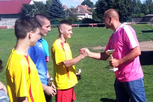 Roman Hromádka blahoželá kapitánovi víťaznej Ivanky Tomášovi Kukanovi.