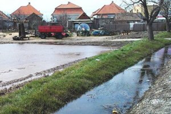 Dvory nad Žitavou. Obrázok dneška - poľnohospodárska technika a voda.
