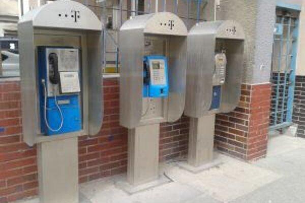 Automaty pri pošte v Nových Zámkoch.