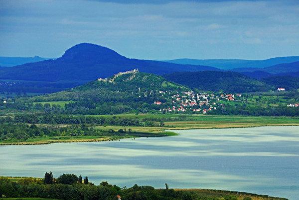 Rozhľadne pri Balatone ponúkajú atraktívne výhľady. Tento záber vznikol v Balatongyörök.