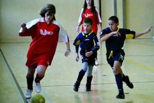 Žiačky FC Union (v červenom) sa v chlapčenskej konkurencii nestratili.