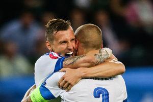 Ján Ďurica (vľavo) sa objíma s Martinom Škrtelom.