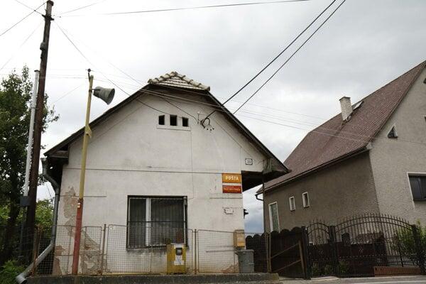 Dom, v ktorom doteraz sídlila pošta, si obec ponechá, zrekonštruuje a využije na klubovú činnosť.