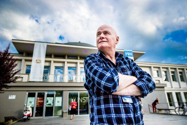 Anglický herec Dave Johns pred košickou Kunsthalle.