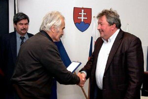 Slávnostný moment odovzdávania pamätnej plakety V pozadí Ing. Štefan Straňovský predseda AC Nové Zámky.