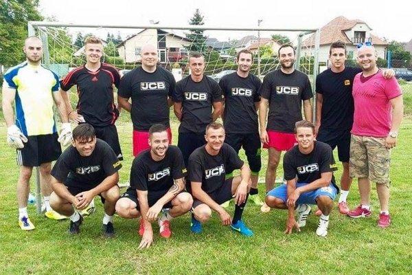 Snímka z minuloročného turnaja, celkom vpravo organizátor Juraj Lacena.