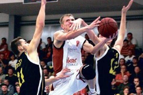 Komárňan Martin Bílik (v bielom) v obkľúčení interistov.