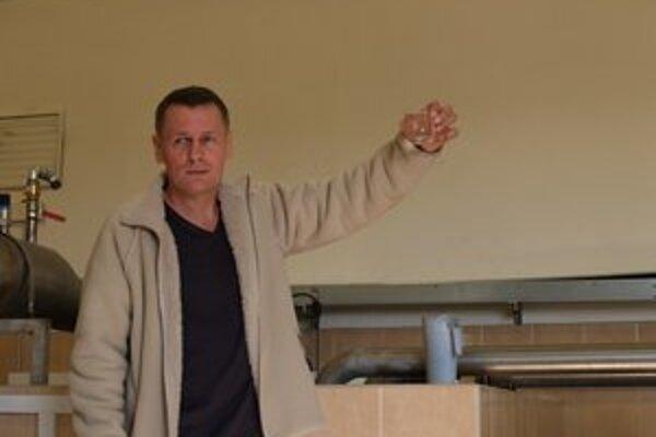 Michal Piják drží v ruke konečný výsledok - čistú, no nepitnú vodu.