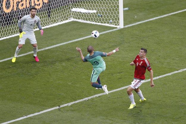 Pepe (v strede) sa snaží odkopnúť loptu do bezpečia pred brankárom Ruiom Patríciom.
