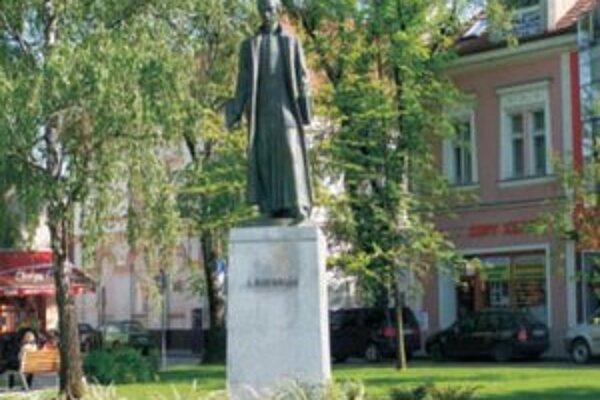 Socha A. Bernoláka na novozámockom Hlavnom námestí.