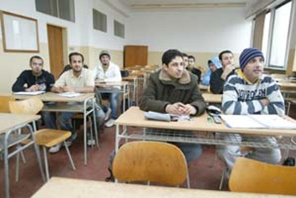 Strojnícka fakulta STU v Bratislave poskytuje pre slovenských i zahraničných študentov možnosť absolvovania troch bakalárskych študijných programov a vybraných predmetov inžinierskeho štúdia v anglickom jazyku. Medzi samoplatcov už niekoľko rokov patria š