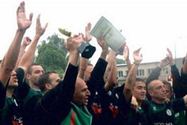 Radosť futbalistov FC Okoličná na Ostrove. S pohárom kapitán Arpád Gőgh.
