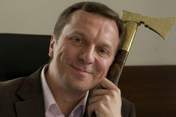 Narodil sa v roku 1968 v Bratislave. Skončil hru na flaute na konzervatóriu (1982 - 1988), neskôr absolvoval Vysokú školu múzických umení v Bratislave (1993). Dva semestre strávil aj na Vysokej škole múzických umení vo Viedni (externe). Už počas štúdií za