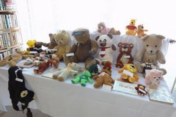 V šurianskej knižnici majú výstavu hračiek Bábika a macík.