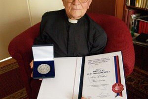 Ladislav Burian s medailou od ministra školstva.