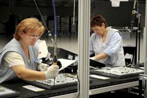 Závody na výrobu elektroniky pred Vianocami cítia, že im stúpa odbyt.