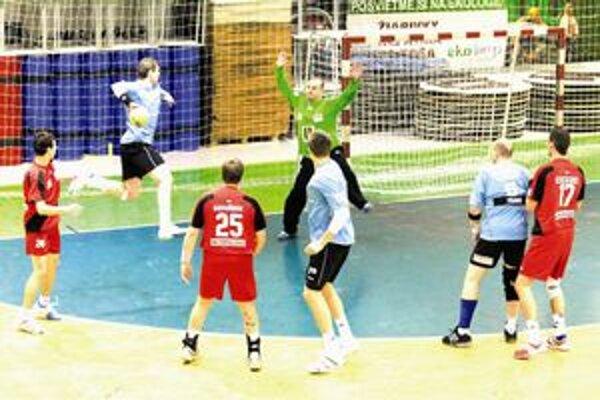 Krídelník Viktor Szapu strieľa jeden zo svojich gólov do brány Topoľčian.