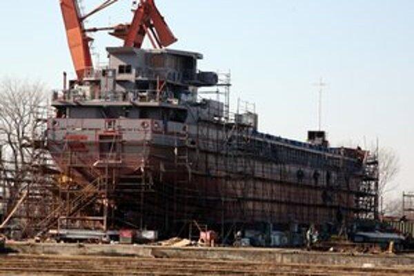 Ohrozená je aj budúcnosť zamestnancov lodeníc v susednom okrese.