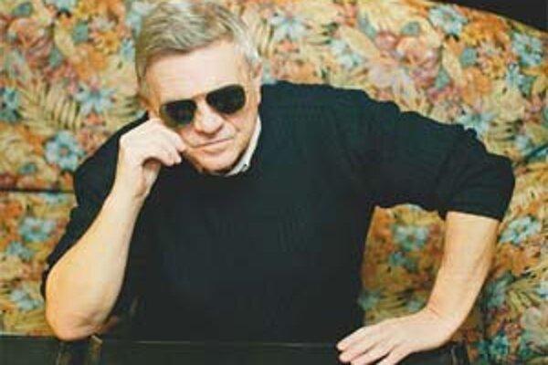 Stano Dančiak – narodil sa roku 1942 v Bratislave.V rokoch 1958 – 1961 navštevoval strednú zdravotnícku školu, odbor zubný laborant. Po skončení VŠMU (1961 – 65) pôsobil jednu sezónu v Slovenskom národnom divadle.V roku 1968 sa vrátil do SND, kde dal aj s