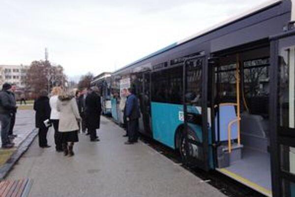 Oba autobusy na novozámockom Hlavnom námestí.