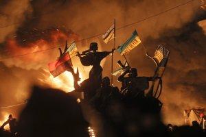 Protivládni demonštranti počas potýčky s poriadkovou políciou na Námestí nezávislosti v Kyjeve. (AP Photo/Efrem Lukatsky)