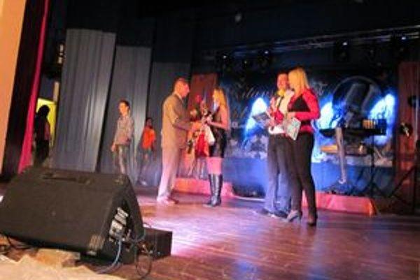 Starosta D. Ohaja odovzdáva cenu víťazke súťaže.