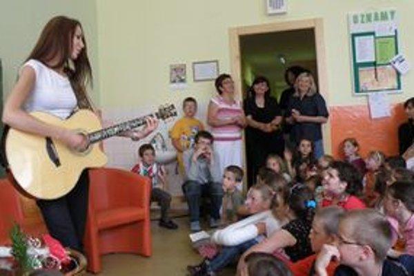 Zuzana Smatanová medzi žiakmi cirkevnej školy v Šuranoch.