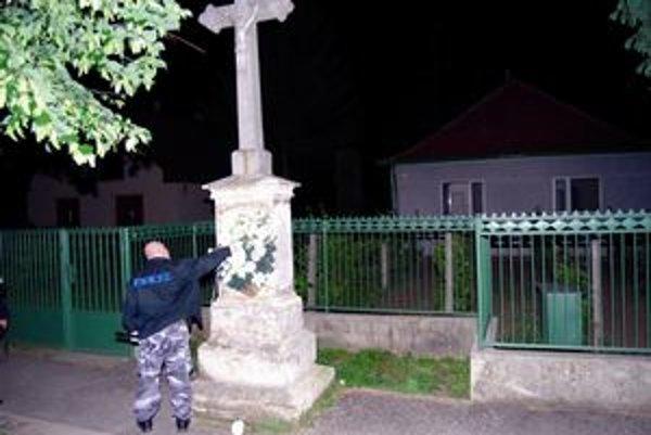 Kríž, na ktorom neznámy páchateľ nastražil výbušný systém.