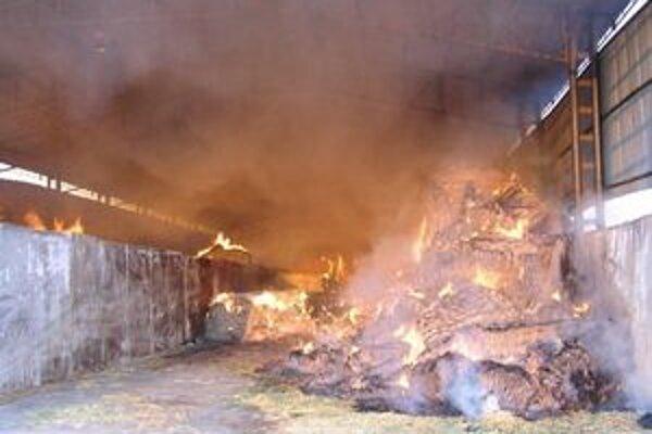 Výsledok požiaru senníka v Dvoroch nad Žitavou.