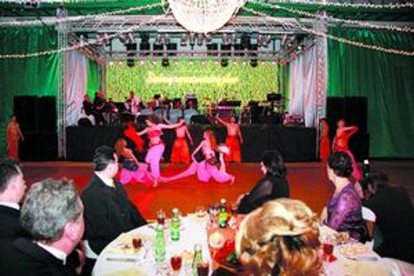 Snímka z novozámockého reprezentačného plesu. NKÚ vyčíta mestu vyplatenie preddavku za 55-tisíc eur.