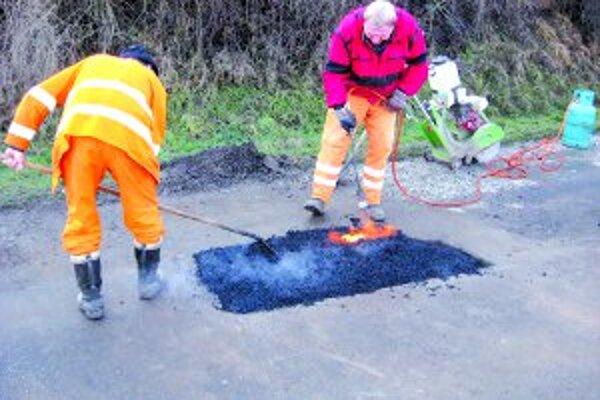 Vrecovanú  asfaltovú zmes treba spracovať ručne. Obaľovačky začnú pracovať až na jar.