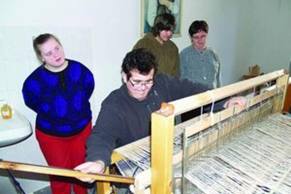 Klienti Úsmevu sa naučili aj tkať.