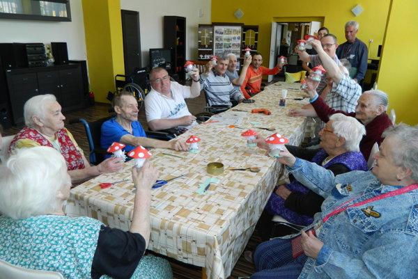 Seniori si precvičili nielen jemnú a hrubú motoriku rúk a prstov, ale aj svoju fantáziu.